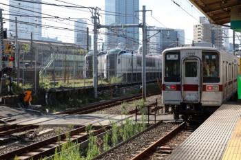 2021年10月8日 9時15分頃。北池袋(池袋〜板橋)。東上線の上り列車と、車庫に止まるN'EX用のE259系2本。