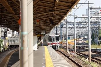 2021年10月8日 9時28分頃。北池袋(池袋〜板橋)。急カーブを通過してホームへ進入する30000系の上り列車。
