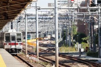 2021年10月8日 9時41分頃。北池袋(池袋〜板橋)。東上線の10000系の上り列車(左)。