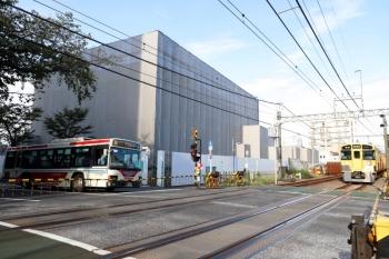 2021年10月8日。新井薬師前〜沼袋駅間。(<-新宿)2507F+2537Fの5808レと関東バス。