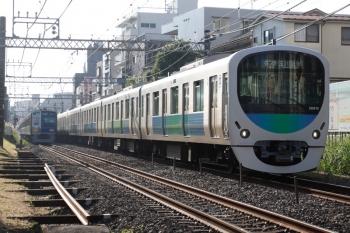2021年10月8日。新井薬師前〜沼袋駅間。38110Fの5251レ。左奥は6102Fの4806レ。