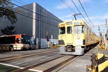 2021年10月8日。新井薬師前〜沼袋駅間。(<-新宿)2401F+2059Fの2306レ(右手前)と、旧塗装の京王バス。