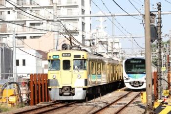 2021年10月8日。新井薬師前〜沼袋駅間。左は(<-新宿)2401F+2059Fの4801レ。右は38116Fの5810レ。