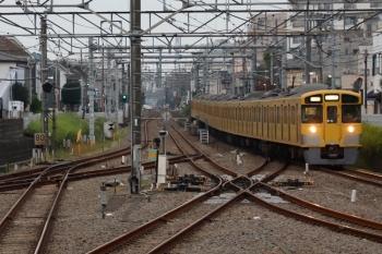 2021年10月8日 5時57分頃。田無。1番ホームを通過する(<-新宿)2061F+2453Fの上り回送列車。7