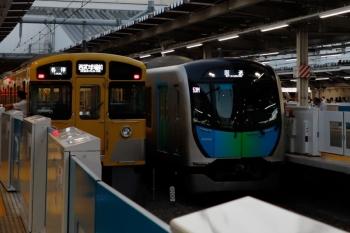 2021年10月8日 17時10分頃。所沢。左が2067Fの8092レ。隣の3番ホームを53M運用の40104Fの上り回送列車が通過(S-TRAINの送り込み)。