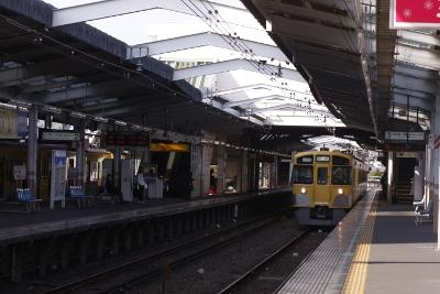 2009年12月27日 11時4分頃、小平、3番ホームに到着した拝島線・上り回送の2533F。
