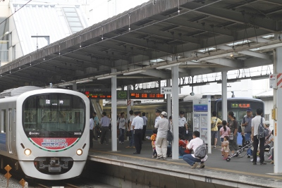 2011年8月27日、新所沢、発車を待つ38108Fの臨時電車。